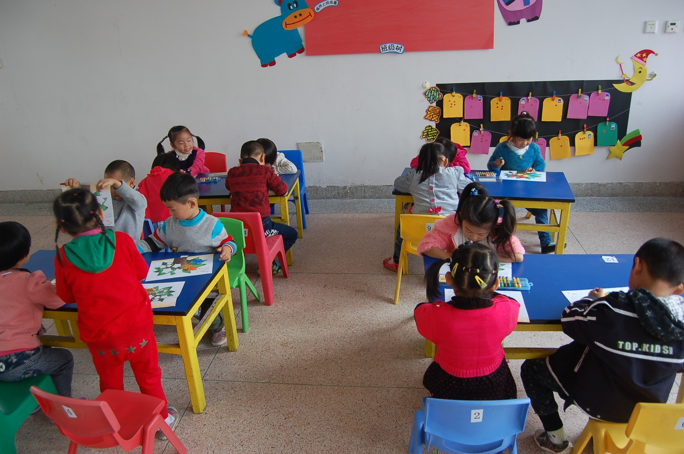 慢慢的,孩子们适应了幼儿园的新生活,新环境.