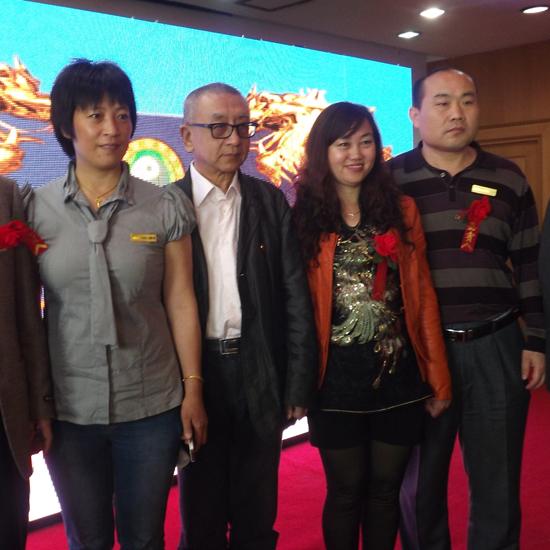 国际易经堪舆协会副主席甘雨泽教授(中)张晶副会长(右2)