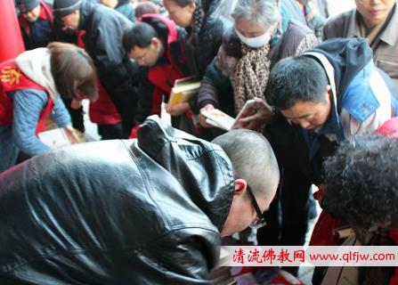 清流爱心团队在慈恩寺开展大型法宝发送活动